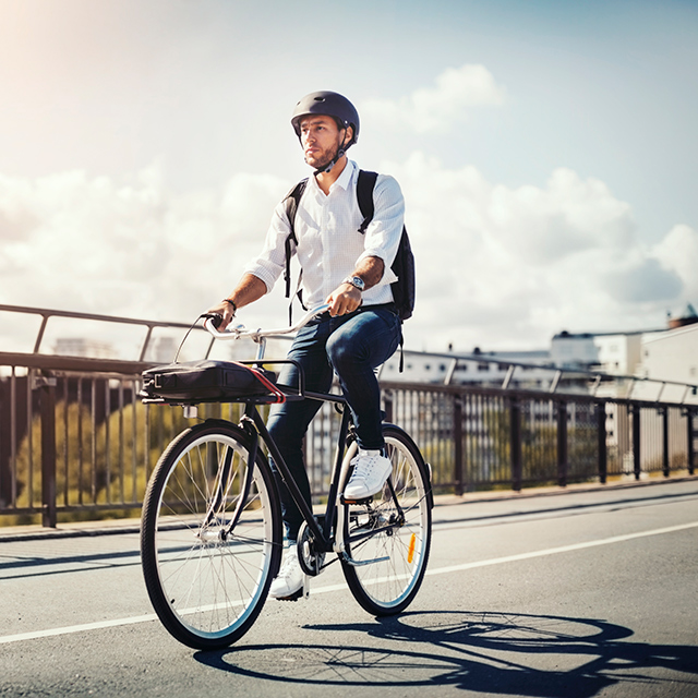 Bisiklet süren erkek